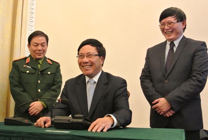 Phó Thủ tướng Phạm Bình Minh nói chuyện với Tổng đài viên