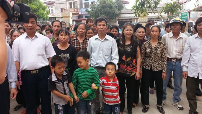 Gia đình ông Nguyễn Thanh Chấn cùng người thân giữa người dân