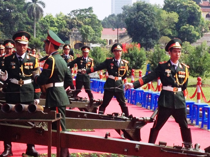 Mỗi khẩu pháo có 3 chiến sĩ điều khiển, gồm 1 người nạp đạn, 1 người lên đạn và một người giật cò. Để đảm bảo phục vụ lễ Quốc khánh, trong mấy ngày qua, các chiến sĩ trong đội hình bắn pháo liên tục luyện tập