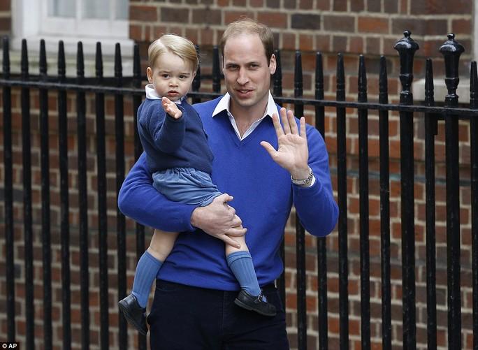 Hoàng tử bé George vào thăm em gái. Ảnh: AP