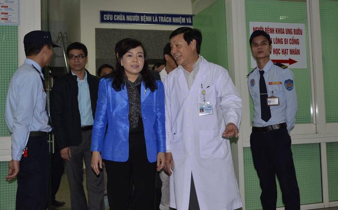 Bộ trưởng Nguyễn Thị Kim Tiến đến Khoa Ung bướu, Bệnh viện Đà Nẵng để thăm ông Nguyễn Bá Thanh trong chiều 13-1