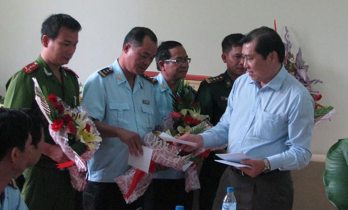 Ông Huỳnh Đức Thơ (ngoài cùng bên phải) trao thưởng cho các đơn vị phối hợp phá thành công vụ buôn lậu ngà voi, sừng tê giác, vảy tê tê lớn nhất