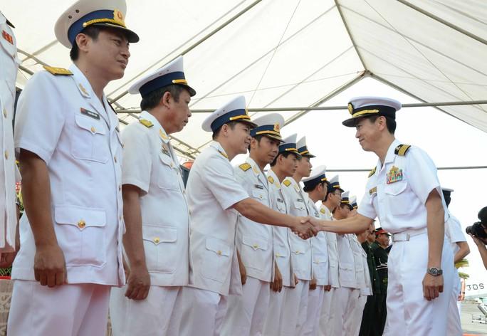 Lực lượng tự vệ bờ biển Nhật chào xã giao Hải quân Việt Nam tại lễ đón