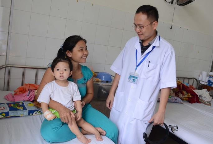 2.Bệnh nhi Ngân đang được các bác sĩ theo dõi ở bệnh viện sau khi phẫu thuật lấy hạt dưa ra khỏi khí quản