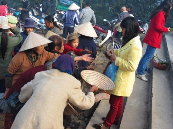 Nhiều du khách rất sợ tình trạng ăn xin đeo bám - Ảnh: PNO