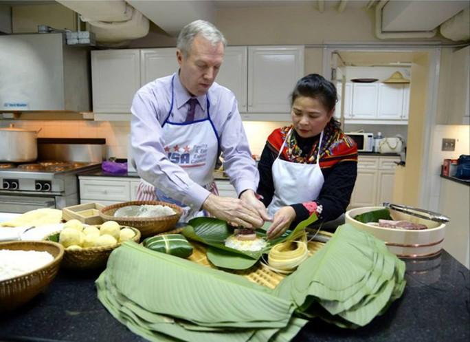 Đại sứ Ted Osius cho biết ông đã nhiều lần ăn bánh chưng nhưng đây là lần đầu tiên ông gói bánh