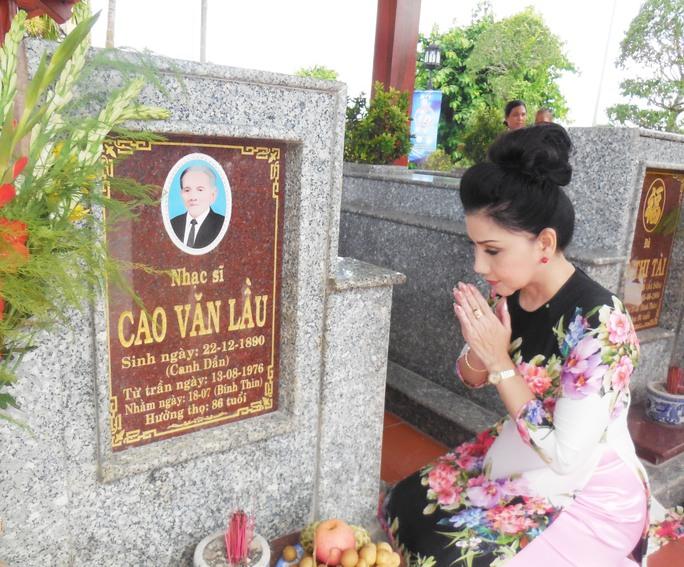Nghệ sĩ Phượng Loan viếng mộ cố nhạc sĩ Cao Văn Lầu