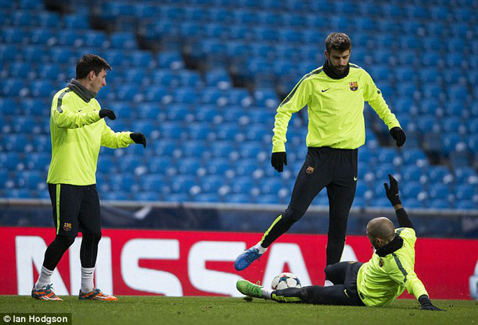 Messi, Pique hẹn Fabregas đánh bạc trước đại chiến Man City