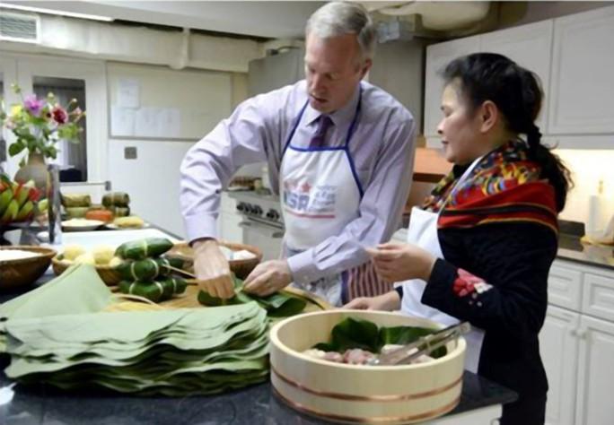 Đại sứ nhanh chóng học được cách xoắn lạt khi gói bánh