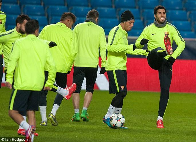 Suarez cười tươi rói trong ngày trở lại nước Anh