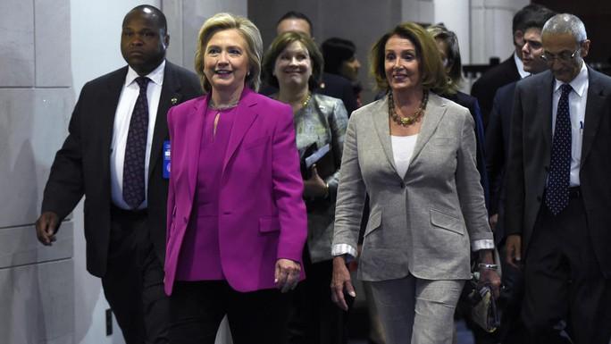 Ngoại trưởng Hillary Clinton (áo hồng) tham gia cuộc họp hôm 14-7. Ảnh: AP