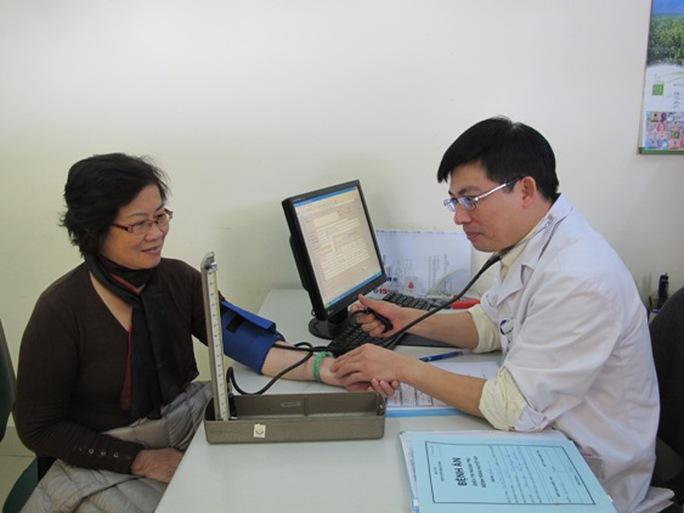 Bác sĩ thăm khám cho bệnh nhân tại Khoa Khám bệnh, BV Bạch Mai, Hà Nội