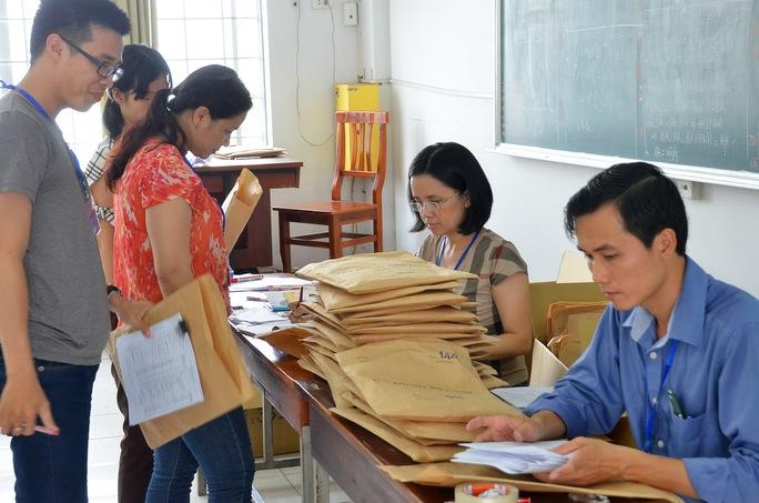 Giáo viên nhận bài chấm thi tại Trường ĐH Công nghiệp Thực phẩm  TP HCM sáng 6-7 Ảnh: TẤN THẠNH
