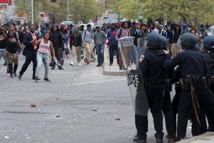 Cảnh sát chống bạo động và lực lượng Vệ binh Quốc gia án ngữ trên đường phố trước giờ giới nghiêm Ảnh: EPA