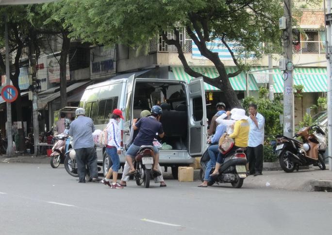 """Xe """"dù"""" trả khách trên đường Tản Đà, quận 5, TP HCMẢnh: Gia Minh"""