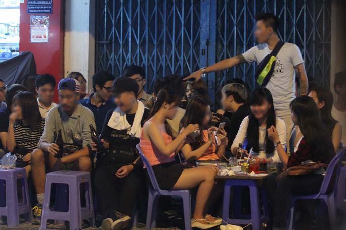Các bạn trẻ dành không ít thời gian la cà hàng quánẢnh: Hoàng Triều