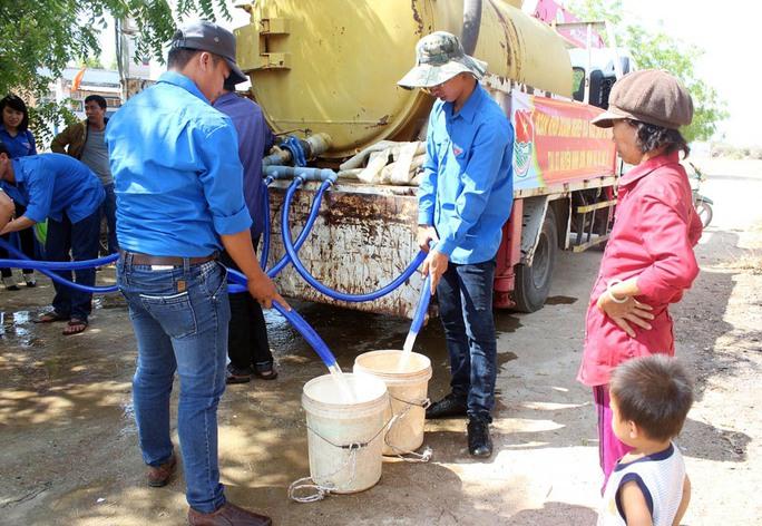 Thanh niên tình nguyện đưa nước về cho bà con ở Phước Trung, huyện Bác Ái