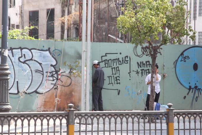 Người đàn ông thản nhiên tiểu tiện bên hàng rào một công trình xây dựng Ảnh:   Sỹ Đông