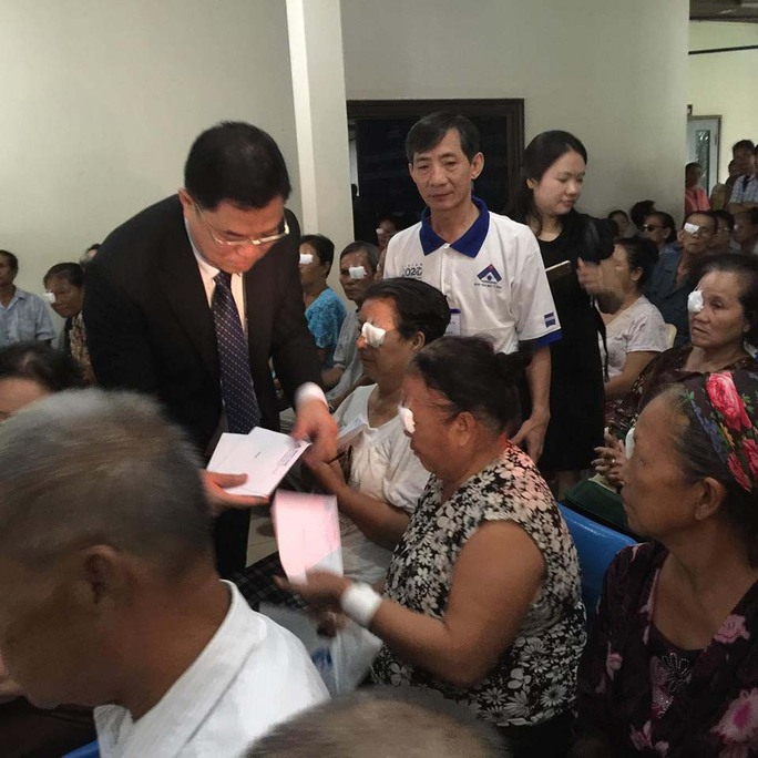 Ông Trần Anh Tuấn, Giám đốc Bệnh viện Mắt TP HCM, tặng kinh phí hỗ trợ đi lại cho bệnh nhân đã được phẫu thuật mắt tại Lào