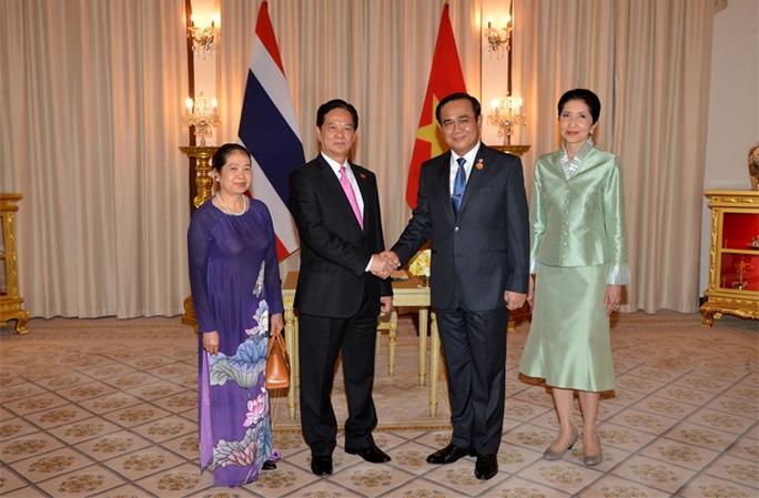 Thủ tướng Nguyễn Tấn Dũng bắt tay Thủ tướng Thái Lan Prayut Chan-ocha