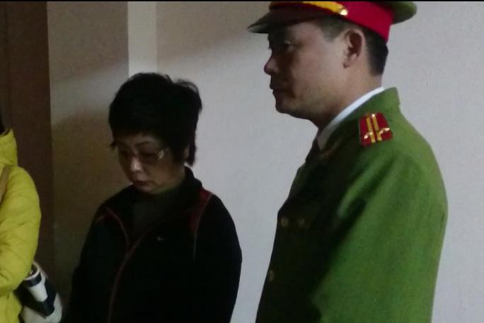Bà Châu Thị Thu Nga được dẫn giải khỏi nhà vào lúc 10 giờ 45 phút ngày 7-1