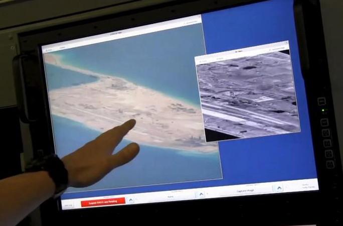 Màn hình trên máy bay P8 cho thấy hoạt động cải tạo của Trung Quốc ở Đá Chữ thập. Ảnh: Reuters