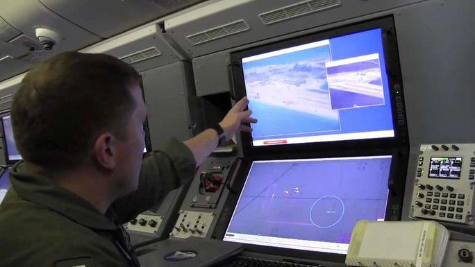 Bên trong chiếc P8-A Poseidon hôm 20-5. Ảnh: US Navy