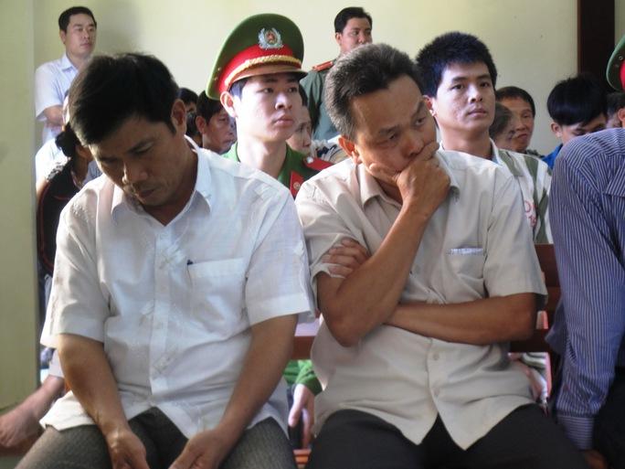 Bị cáo Lê Đức Hoàn cuối mặt, trầm ngâm khi nghe bị cáo Nguyễn Thân Thảo Thành phủ nhận mình đánh Ngô Thanh Kiều