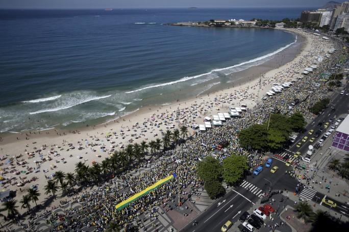 Hàng trăm ngàn người đã tuần hành qua bãi biển Copacabana ở TP Rio de Janeiro. Ảnh: Reuters