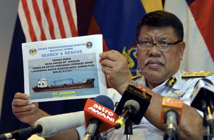 Ông Datuk Ahmad Puzi Ab Kahar cầm ảnh con tàu MT Joaquim trong cuộc họp báo. Ảnh: Borneo Post
