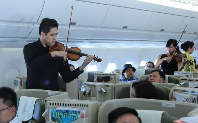 Nghệ sĩ Bùi Công Duy cùng ban nhạc biểu diễn trên máy bay thế hệ mới A350