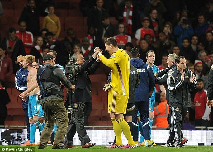 Niềm vui của các cầu thủ Sunderland và ông Advocaat