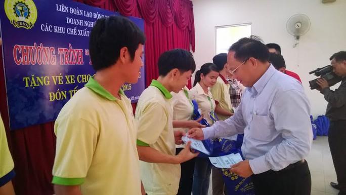 Leg: Ông Tất Thành Cang, phó chủ tịch UBND TP HCM trao vé xe cho công   nhân cụm KCN Tân Bình –Vĩnh Lộc ẢNH: CAO HƯỜNG
