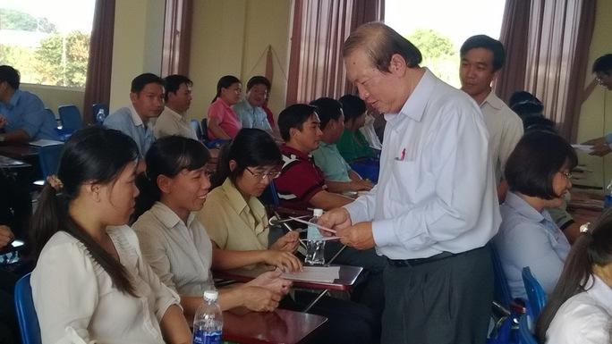 Ông Nguyễn Việt Cường, Phó Chủ tịch LĐLĐ TP, trao vé Tết cho công nhân cụm Tân Tạo     ẢNH: CAO HƯỜNG