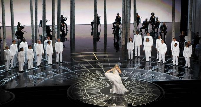 Lady Gaga lộng lẫy trên sân khấu