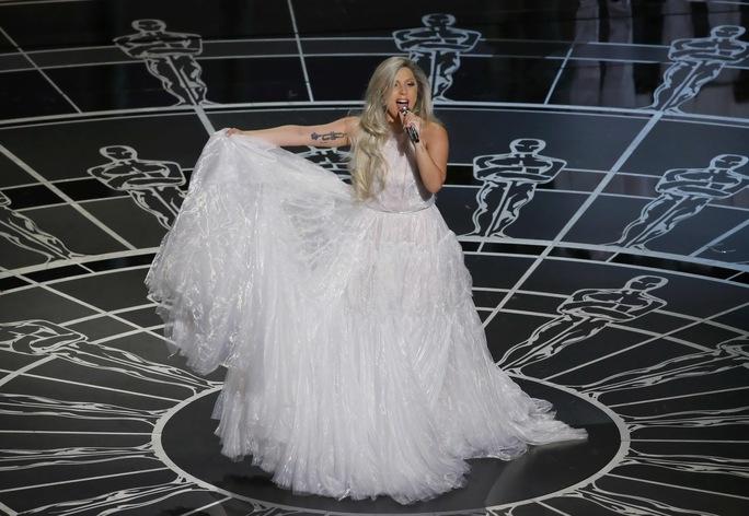 Cô diện đầm trắng