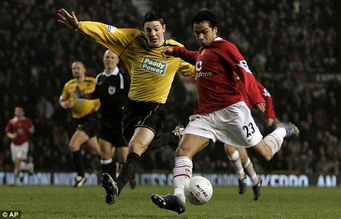 Burton Albion (trái) phàn nàn vì chuột khiến họ thua M.U 0-5 ở Cúp FA 2006