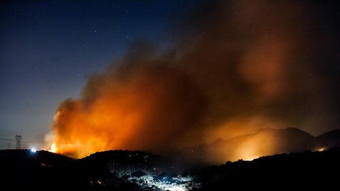 Ngọn lửa cháy suốt đêm 17-7. Ảnh: Los Angeles Times