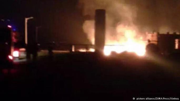 Vụ nổ tại nhà máy hóa chất trong khu công nghiệp ở TP  Đông Dinh ngày 31-8 Ảnh: TÂN HOA XÃ