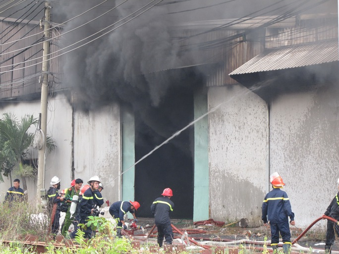 lực lượng PCCC tích cực dập đám cháy
