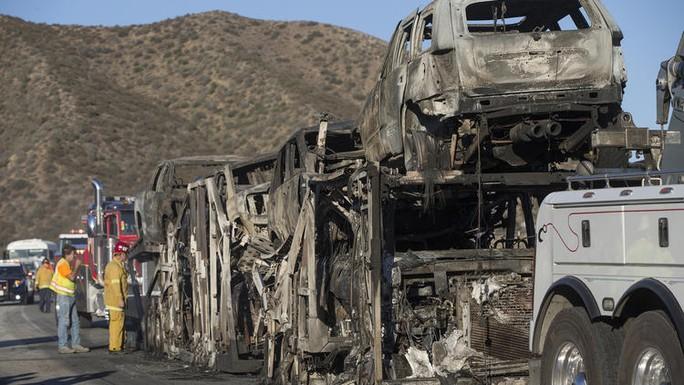 Khoảng 20 chiếc xe bị thiêu rụi. Ảnh: Los Angeles Times