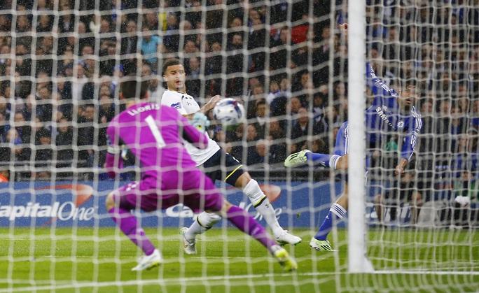 Thủ môn Lloris tiếp tục bó tay ở bàn thua thứ hai khi Diego Costa sút bóng chạm chân Walker vào lưới