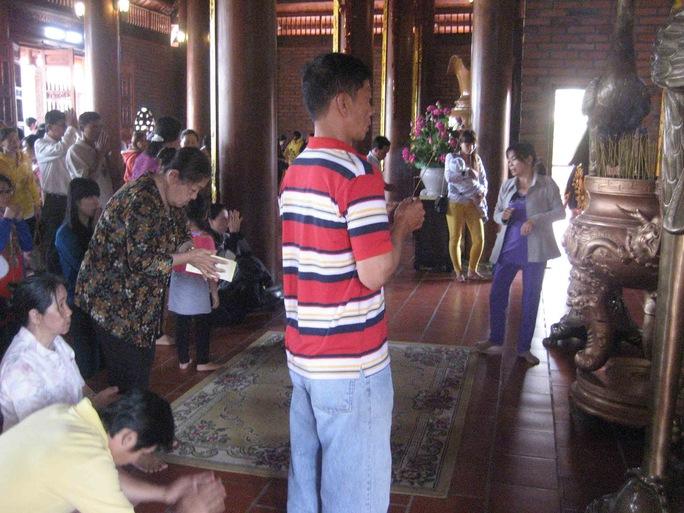 Chen chúc nhau bên trong khu chánh điện để thắp hương cầu an, cầu may