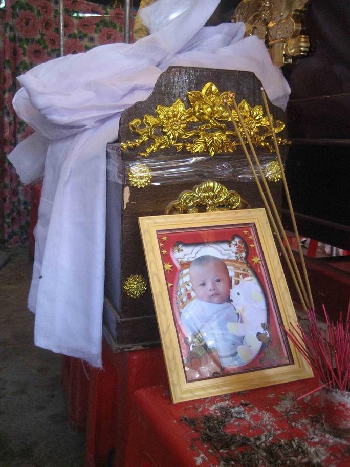 Chiếc quan tài bé xíu của bé Sang được đặt bên cạnh quan tài ông Long