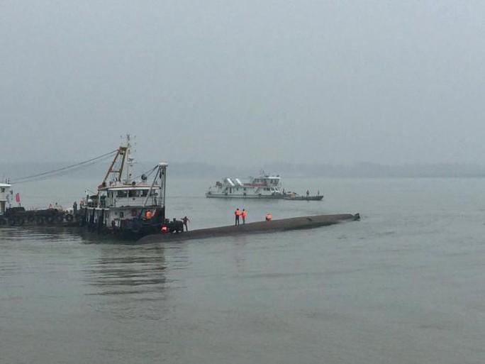 Lực lượng cứu hộ tìm kiếm con tàu bị chìm. Ảnh: Reuters