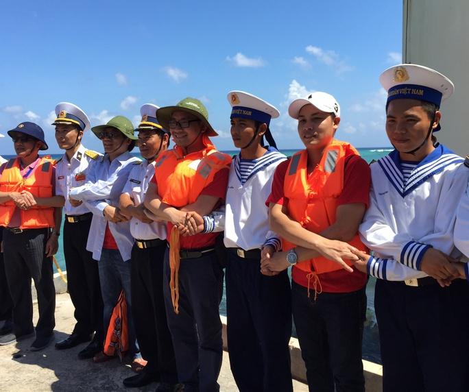 Các Việt kiều tay chung tay cùng cán bộ, chiến sĩ Trường Sa