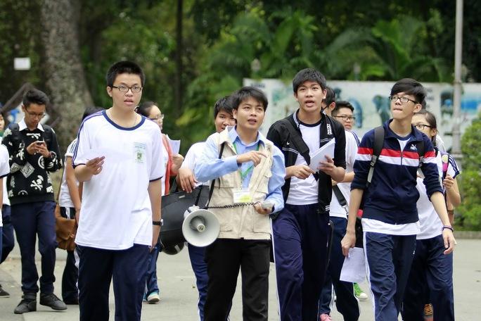 Học sinh cần được tạo điều kiện để gần gũi với nhau. Trong ảnh: Học sinh Trường THPT Lê Thị Hồng Gấm trong giờ ngoại khóa tại Thảo Cầm Viên (TP HCM)Ảnh: HOÀNG TRIỀU