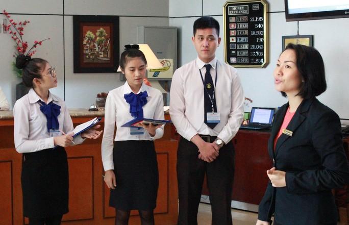 Học viên Trường Trung cấp Du lịch và Khách sạn Saigontourist trong giờ học nghiệp vụ lễ tân