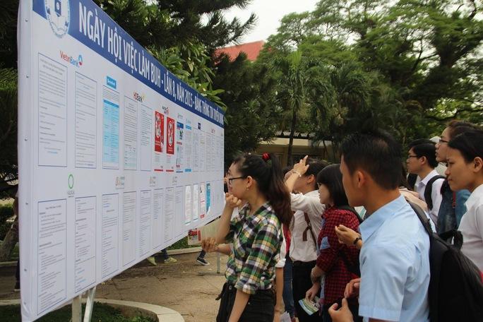 Sinh viên tốt nghiệp đang tìm thông tin việc làm tại ngày hội việc làm do Trường ĐH Ngân hàng TP HCM tổ chức ngày 17-5. Ảnh: BẢO LÂM