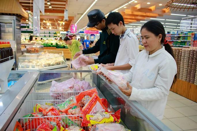 Người dân mua sắm tại siêu thị  Co.opmart Ảnh: Hoàng Triều